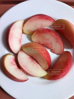 白い皿の上にスライスした桃の写真・画像素材[2821201]