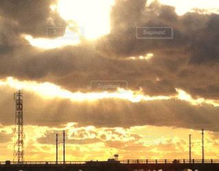 空,夕日,屋外,太陽,雲,夕暮れ,夕方,光,雨上がり,陽光,くもり,日中,夕暮れの空,クラウド,エンジェルラダー