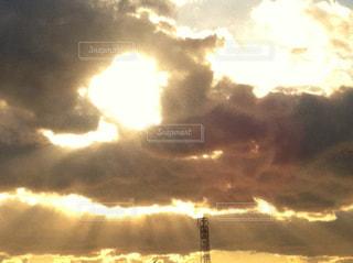 雨上がりの雲間から差す陽光の写真・画像素材[2881474]