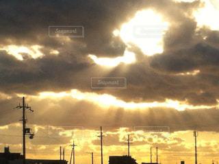 雨上がりの雲間から差す陽光の写真・画像素材[2881475]