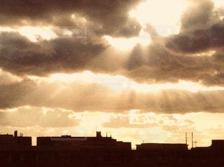 雨上がりの雲間から差す陽光の写真・画像素材[2881473]