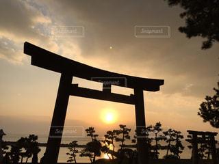 鳥居の向こうの瀬戸内海に沈む夕日の写真・画像素材[2881488]