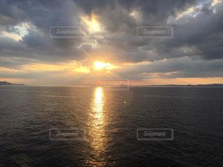 自然,風景,海,空,夕日,屋外,太陽,雲,夕暮れ,水面,海岸,夕方,水平線,光,瀬戸内海,雲間,くもり,日中,クラウド,エンジェルラダー