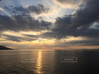 自然,風景,海,空,夕日,屋外,太陽,雲,夕暮れ,水面,海岸,夕方,水平線,光,瀬戸内海,雲間,くもり,日中,夕暮れの空,クラウド,エンジェルラダー