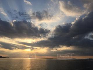 瀬戸内海に沈む夕日の写真・画像素材[2881523]