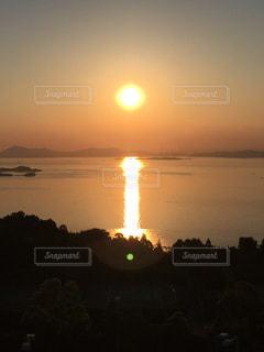 瀬戸内海に沈む夕日の写真・画像素材[2881685]