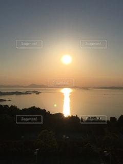 自然,風景,海,空,夕日,屋外,太陽,ビーチ,島,夕暮れ,水面,海岸,夕方,水平線,光,瀬戸内海,夕暮れの空,クラウド,島影