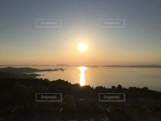 瀬戸内海に沈む夕日の写真・画像素材[2881680]