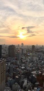 空,建物,夕日,ビル,屋外,東京,太陽,雲,夕焼け,夕暮れ,都市,夕方,街,光,タワー,都会,高層ビル,黄昏,夕景,陽光,雲間,密集,スカイライン,汐留,黄昏時,夕暮れの空,クラウド,夕暮れの街,都市の景観,住宅密集地