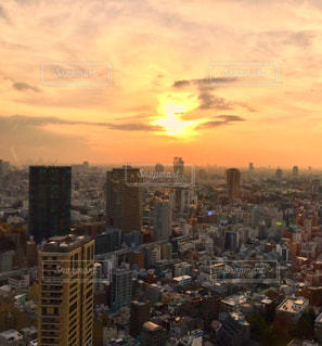 都市に沈む夕日の写真・画像素材[2881724]