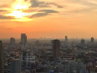夕暮れ時の都市の眺めの写真・画像素材[2881723]