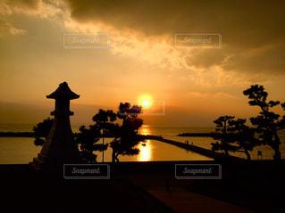 海のそばの神社より瀬戸内海に沈む夕日を見るの写真・画像素材[2896241]