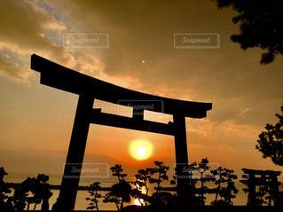 鳥居の向こうの瀬戸内海に沈む夕日の写真・画像素材[2896243]