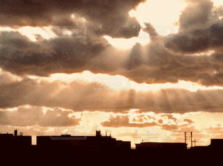 夕暮れ時に雲間から射す光の写真・画像素材[2896242]