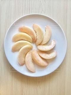 白い皿の上のスライスした白桃の写真・画像素材[3842002]