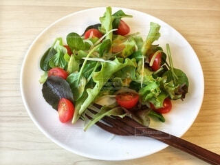 ベビーリーフとプチトマトのシンプルなお手軽サラダの写真・画像素材[3904008]