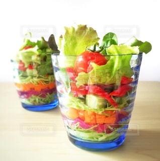 カラフルなカップサラダの写真・画像素材[3906647]