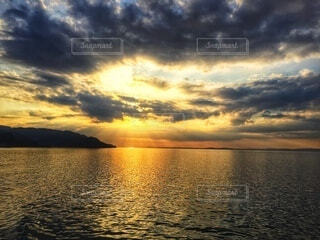 瀬戸内海に沈む夕日の写真・画像素材[4873700]