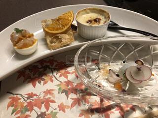 食べ物の皿をテーブルの上に置くの写真・画像素材[4817675]