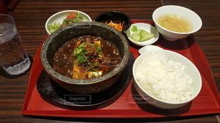 食べ物,食事,ディナー,フード,テーブル,皿,スープ,カレー,レストラン,ご飯,料理,白米,飲食,蒸し焼き,ボウル,中華鍋