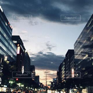 空,建物,夜,ビル,屋外,雲,幻想的,暗い,夕方,タワー,都会,道,高層ビル,グレー,灰色,通り,ノスタルジック