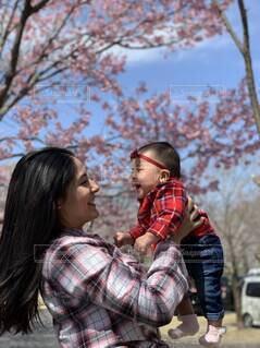 女性,子ども,家族,風景,空,桜,屋外,川,樹木,人物,人,笑顔,赤ちゃん,人間の顔