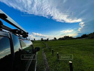 空,公園,芝生,屋外,雲,草,車両,日中