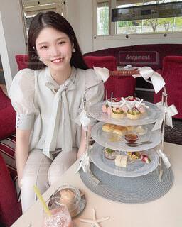 食べ物,ケーキ,屋内,窓,デザート,人物,人,誕生日ケーキ,菓子,ウエディング ケーキ