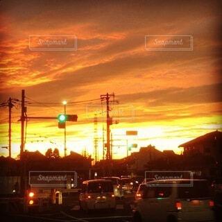 街の通りに沈む夕日の写真・画像素材[4823304]
