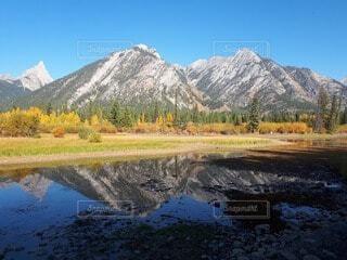 自然,風景,空,秋,絶景,屋外,青空,散歩,川,水面,山,反射,大自然,樹木,旅行,リフレクション,カナダ,草木,カナディアンロッキー,バンフ,黄葉,北米