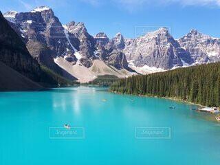 自然,絶景,森林,湖,青空,カヌー,大自然,旅行,ハイキング,カナダ,山脈,国立公園,カナディアンロッキー,バンフ,岩山,北米,レイクビュー,モレーンレイク,テンピークス