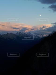自然,風景,空,屋外,雲,夕焼け,雪山,日没,月,旅行,山頂,カナダ,山脈,半月,国立公園,カナディアンロッキー,バンフ,北米