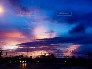 空,夕日,屋外,太陽,雲,夕焼け,夕暮れ,夕方,鮮やか,日没,旅行,夕陽,明るい,デート,ドライブ,グラデーション,くもり,日の入