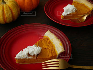 テーブルの上に食べ物のプレートの写真・画像素材[802525]