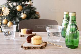 テーブルの上にワインのボトル - No.905898