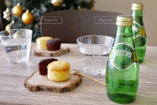 テーブルの上の水のボトル - No.905920