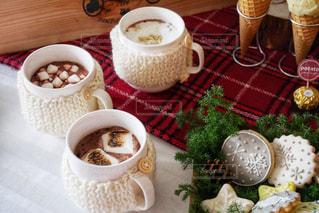 トッピング食品のプレートとコーヒー テーブル - No.934183