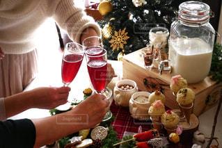 ワインのグラスを持っている人の写真・画像素材[934188]