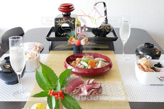 テーブルの上に食べ物のプレートの写真・画像素材[946182]