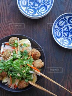 テーブルの上に食べ物のプレートの写真・画像素材[1036526]