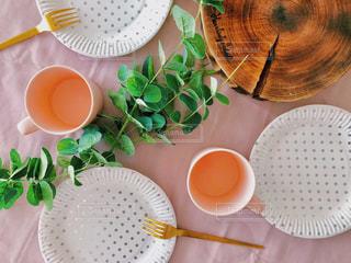 テーブルの上に食べ物のプレート - No.1036527