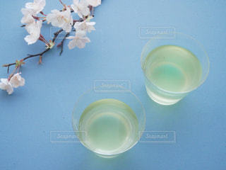 テーブルの上に水のコップの写真・画像素材[1056996]