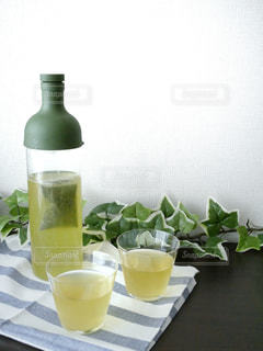 コーヒーやビール、テーブルの上のガラスのカップの写真・画像素材[1057993]