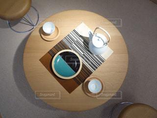 木製のテーブルに黒いギター - No.1198363