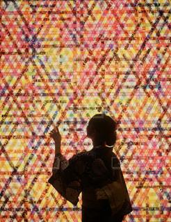 ノート パソコンの前に立っている男の写真・画像素材[1362056]