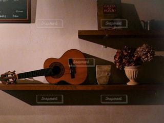 鏡の前でギターの写真・画像素材[1627245]