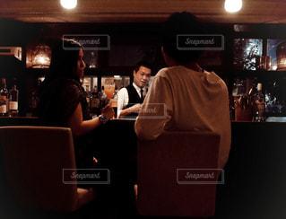 暗い部屋で人々 のグループの写真・画像素材[1627247]