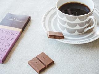 テーブルの上のコーヒー カップの写真・画像素材[1741434]