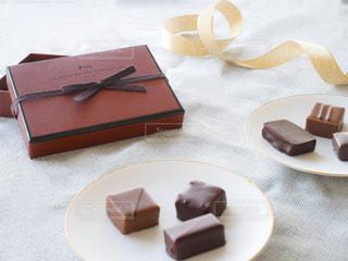 テーブルの上の皿にケーキの写真・画像素材[1752421]