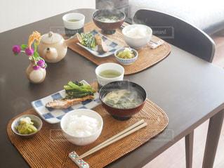 食品のプレートをのせた木製テーブルの写真・画像素材[1759209]